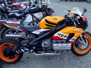 1608_2_kosmeticheskij_remont_honda_goldwing_do_versii_cbr1800rr